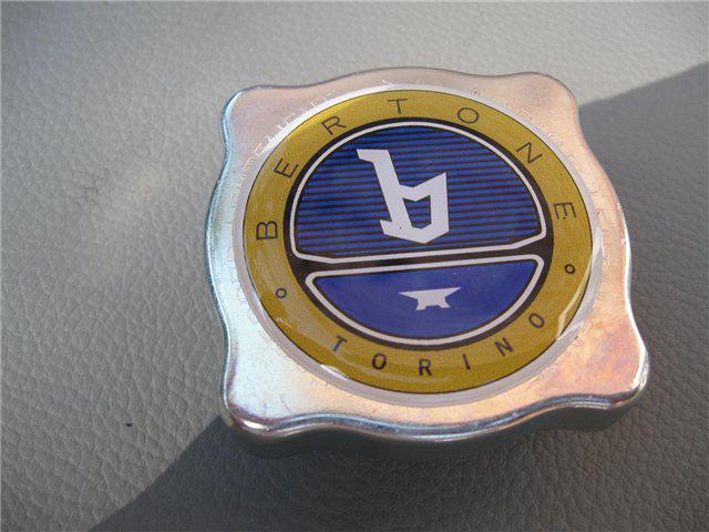Afbeeldingen van deksel expansietank met Bertone logo